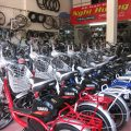 Trong những năm gần đây xe đạp điện dường như được người mua quan tâm và biết đến nhiều hơn. Chúng có mẫu mã đẹp, tiện lợi, dễ sử dụng cho người lớn hay trẻ em. Bên cạnh đó còn thân thiện với môi trường nên được khuyến khích sử dụng rộng rãi. Và chắc chắn trong những năm tiếp theo mặt hàng kinh doanh này còn rầm rộ hơn. Chính vì thế rất nhiều người đã nhanh tay nắm bắt kế hoạch chu toàn kinh doanh xe đạp điện. Vậy làm thế nào để có thể giúp nhiều chủ cửa hàng kinh doanh gặt hái được lợi nhuận nhanh chóng. Dưới đậy là một số điều mà bạn cần biết khi mới bắt đầu kinh doanh xe đạp điện. Số lượng xe đạp điện xuất hiện trên các tuyến đường, con phố ngày càng nhiều. Đặc biệt trong vài năm gần đây khi mà kinh tế phát triển và xu hướng lựa chọn các loại phương tiện an toàn cho môi trường và tiết kiệm nhiên liệu được chú trọng thì xe đạp điện càng được ưa chuộng. Bên cạnh đó, nó còn nhỏ gọn, an toàn nên được khá nhiều người yêu thích và lựa chọn. Vì vậy, kinh doanh xe đạp điện là một lựa chọn phù hợp cho bạn khi bạn bắt đầu kinh doanh.